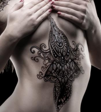 A maquiadora e tatuadora Fernanda Mello na Revista ONE